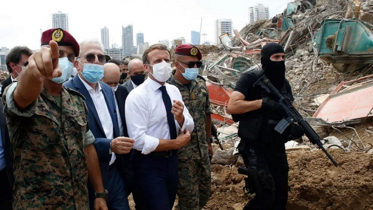 French President Emmanuel Macron tours parts of Beirut devastated by Tuesday's deadly blasts. © AFP